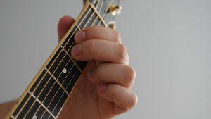 akord Emol na gitarze
