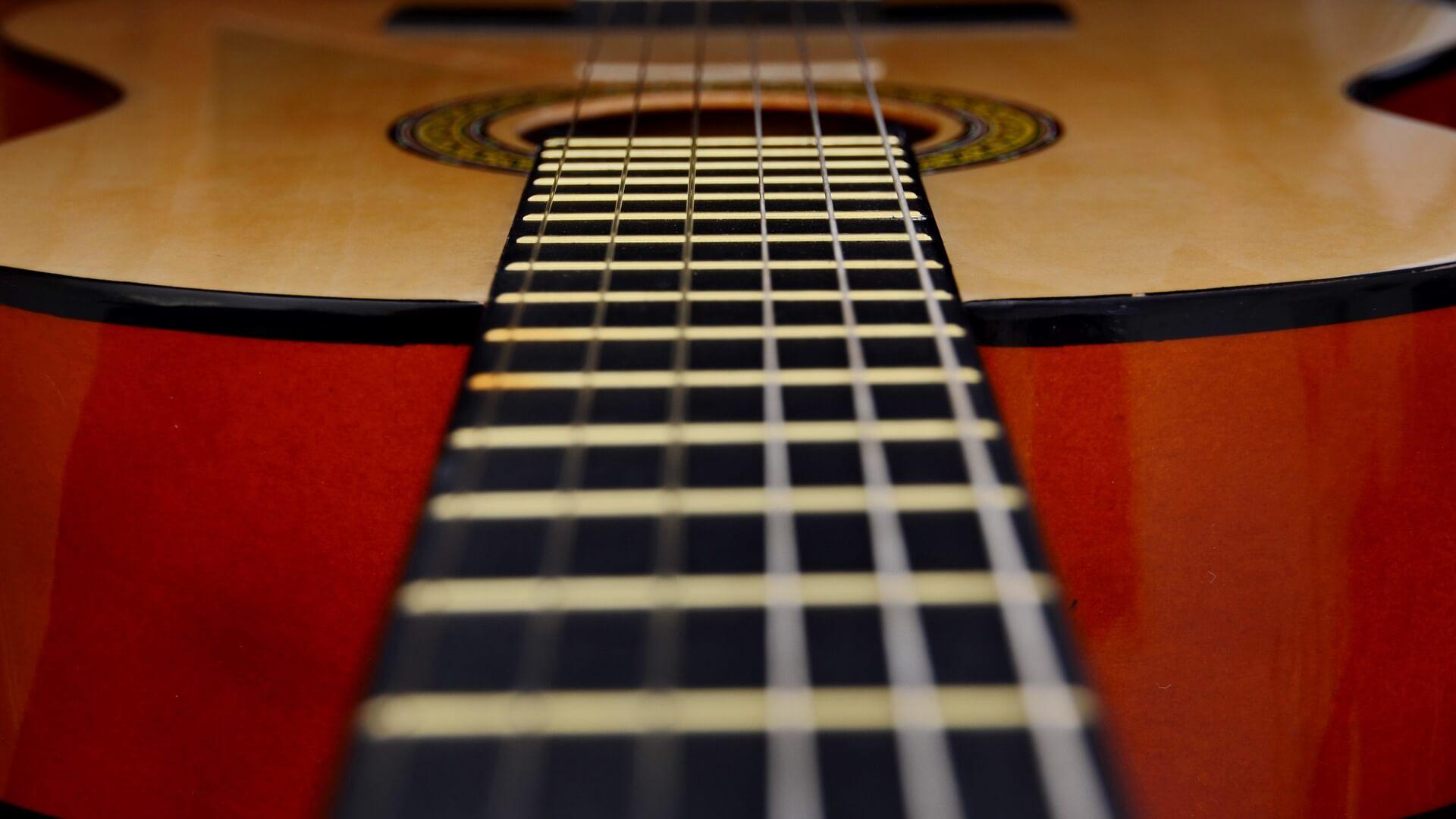 Dlaczego gitara się rozstraja?