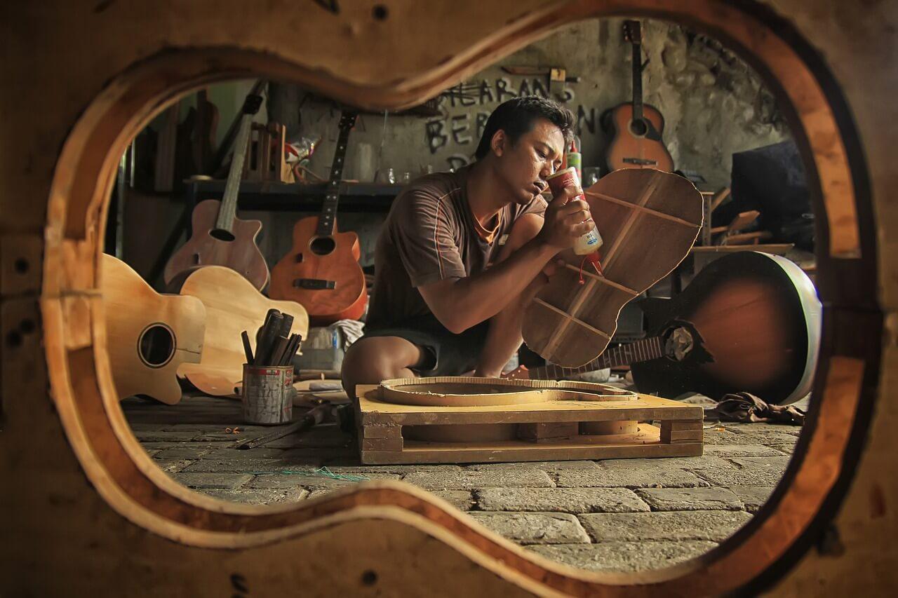 Z jakiego drewna buduje się gitary?