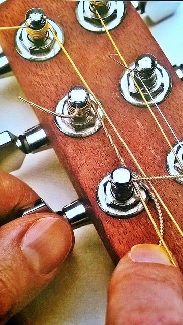 właściwie założone struny w gitarze